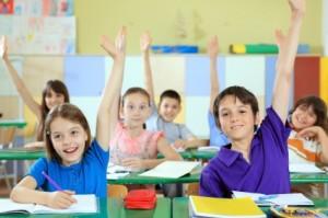 Dzieci zgłaszające się do odpowiedzi.