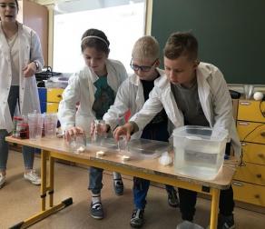 """Warsztaty chemiczne """"Powietrze"""" w klasie 2B"""