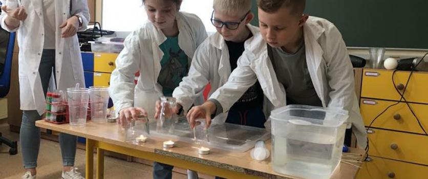 """Warsztaty chemiczne """"Powietrze"""" w klasach drugich"""