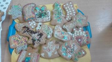 Klasa I b dekoruje pierniki na kiermasz bożonarodzeniowy