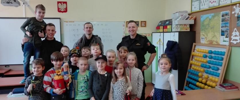 Wizyta straży pożarnej. Pogadanka o bezpieczeństwie w czasie ferii w kl. 1 b