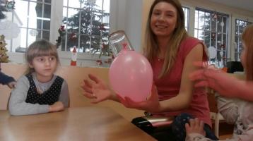"""W karnawale u """" Tygrysków"""" eksperyment z balonikiem i suszarką."""